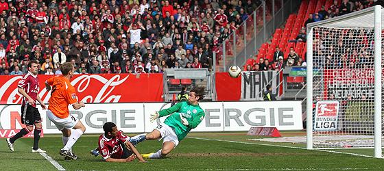 Eric Maxim Choupo-Moting (Nürnberg) erzielt das 2:0 gegen Torwart Heinz Müller (Mainz). Bo Svensson (Mainz, links) kommt zu spät.