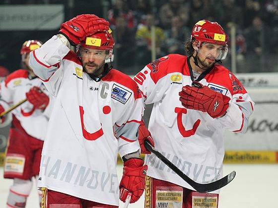Tino Boos (Hannover, links) und Andy Reiss (Hannover, rechts) enttäuscht und unzufrieden