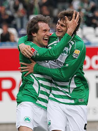 Torschütze Stephan Fürstner (Fürth, links) jubelt über das Tor zum 1:0 mit Christopher Nöthe (Fürth, rechts)