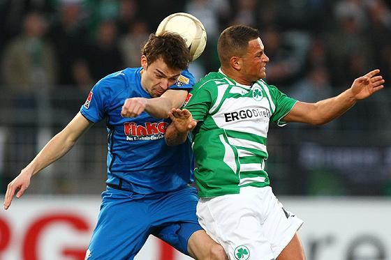 Kopfballduell zwischen Sebastian Ghasemi-Nobakht (Fürth) und Sebastian Schachten (Paderborn).