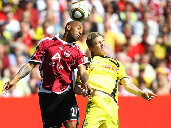 Mickael Tavares (Nürnberg) gegen Sven Bender (Dortmund)