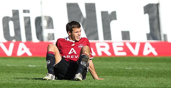 Den 1. Platz wird der Club wohl nicht mehr erreichen... Dennis Diekmeier (Nürnberg) niedergeschlagen nach der 2:3 Niederlage