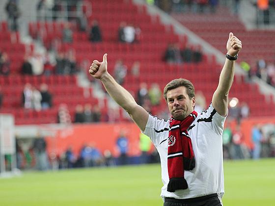 Trainer Dieter Hecking (Nürnberg) glücklich und erleichert nach dem Klassenerhalt