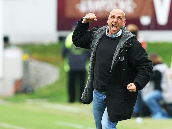 Trainer Holger Stanislawski (St. Pauli) jubelt über den Aufstieg