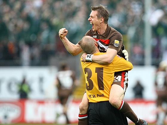 Carsten Rothenbach (St. Pauli) jubelt mit Torwart Benedikt Pliquett (St. Pauli).