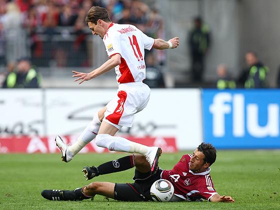 Dominic Maroh (Nürnberg) im Zweikampf gegen Milivoje Novakovic (Köln).