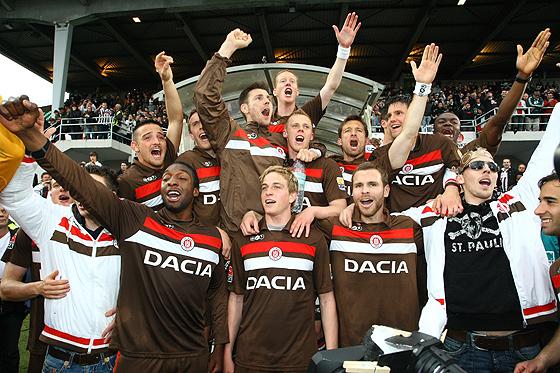 Das Team des FC St. Pauli jubelt über den Aufstieg