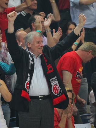 Unterstützung gab´s auch vom bayerischen Ministerpräsidenten Horst Seehofer, der mit Bamberger Fanschal ausgerüstet jubelt