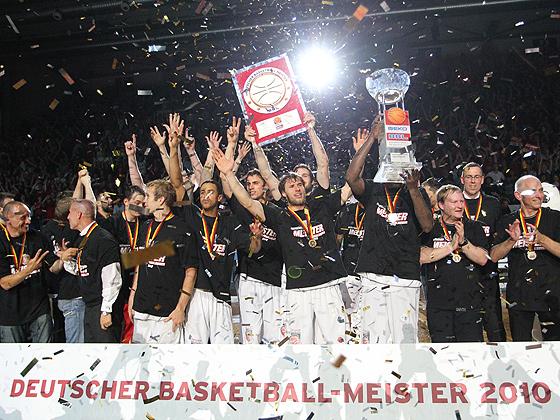 Das Bamberger Team feiert den Gewinn der Deutschen Meisterschaft beiden Pokalen
