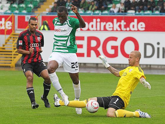Kingsley Onuegbu (Fürth) beim Torschuß auf das Tor gegen Torwart Sascha Kirschstein (Ingolstadt)