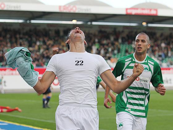 Neuzugang und Torschütze Danijel Aleksic (Fürth) jubelt über das Tor zum 1:0.