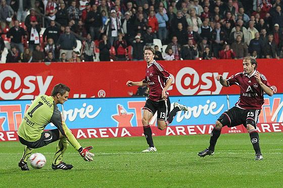 Javier Horacio Pinola (Nürnberg) erzielt das entscheidende 2:1 gegen Torwart Sven Ulreich (Stuttgart) in Unterzahl