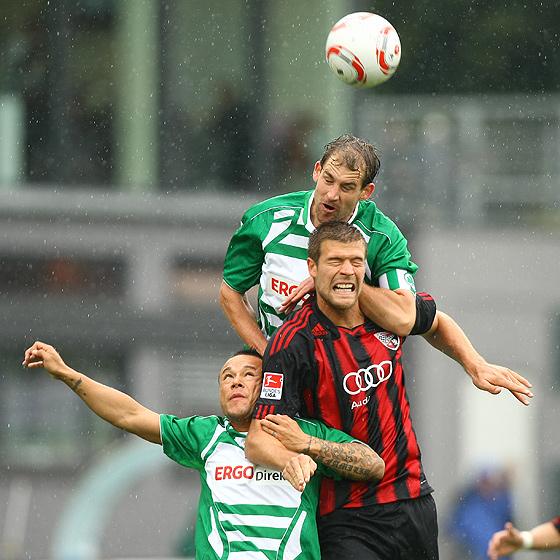 Kopfballduell zwischen Thomas Kleine (Fürth), Stephan Schröck (Fürth) und Marko Futacs (Ingolstadt).