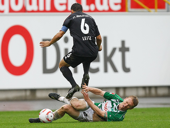 Leo Haas (Fürth) im Zweikampf gegen Stefan Leitl (Ingolstadt).