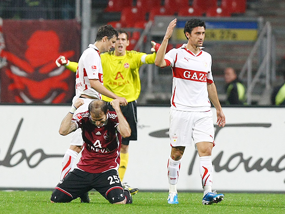 Javier Horacio Pinola (Nürnberg) fällt vor Freude über den Sieg auf die Knie und jubelt über den Last-Minute-Sieg. Ciprian Marica (Stuttgart) niedergeschlagen.