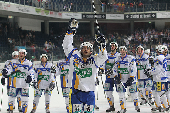 Stephane Julien (München, vorne) und Teamkollegen bejubeln den 4:6 Auswärtssieg