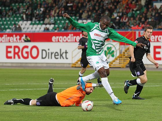 Kingsley Onuegbu (Fürth) umkurvt Torwart Tino Berbig (Osnabrück) und schiebt zum 1:0 ein.