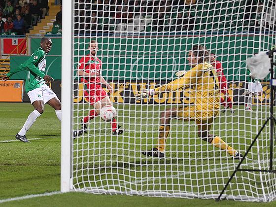 Kingsley Onuegbu (Fürth) erzielt das 1:0 gegen Torwart Simon Jentzsch (Augsburg).