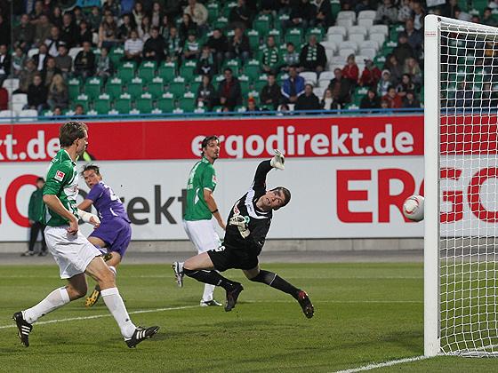 Marc Hensel (Aue, hinten) erzielt das 0:1 gegen Torwart Max Grün (Fürth).