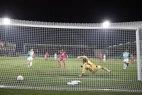 Kingsley Onuegbu (Fürth) erzielt das 1:0 gegen Torwart Simon Jentzsch (Augsburg) aus der Hintertorperspektive.