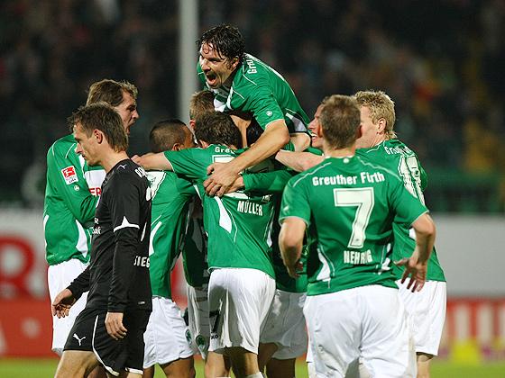 Torschütze Danijel Aleksic (Fürth) wird von seinen Mannschaftskollegen nach seinem Tor zum 2:0 bejubelt.