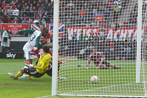 Hier trifft Grafite (Wolfsburg) zum 1:1 gegen Javier Horacio Pinola (Nürnberg) und Torwart Raphael Schäfer (Nürnberg).