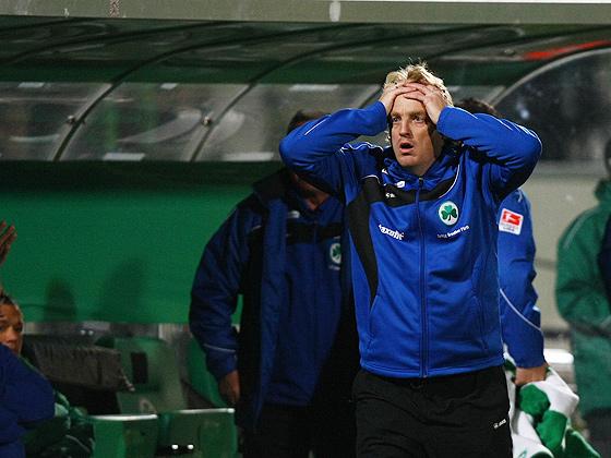 Auch Trainer Mike Büskens (Fürth) war fassungslos nach dieser Niederlage.
