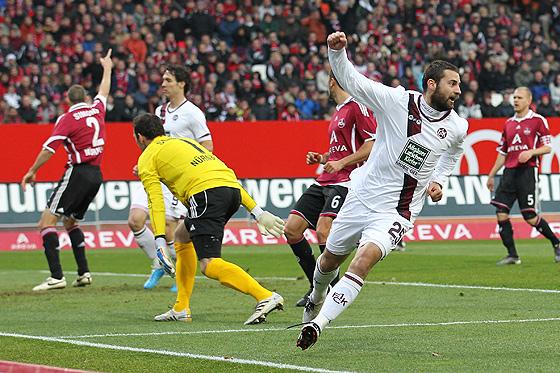 Stiven Rivic (Kaiserslautern) jubelt über das Tor zum 0:1