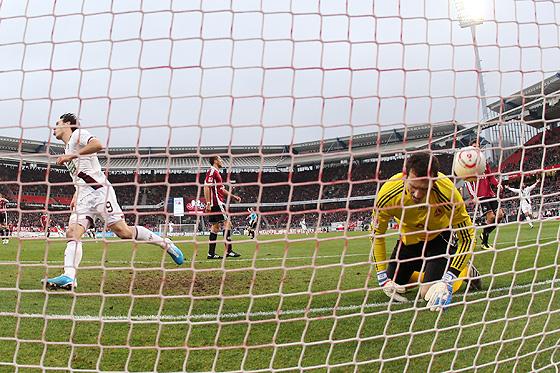 Srdjan Lakic (Kaiserslautern) erzielt das Tor zum 0:3 gegen Torwart Raphael Schäfer (Nürnberg), der niedergeschlagen am Boden ist.