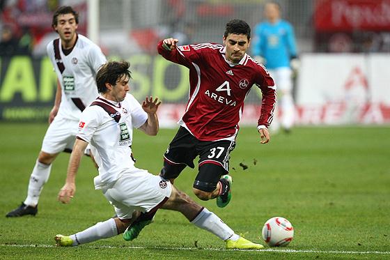Jan Moravek (Kaiserslautern) im Zweikampf gegen Mehmet Ekici (Nürnberg).