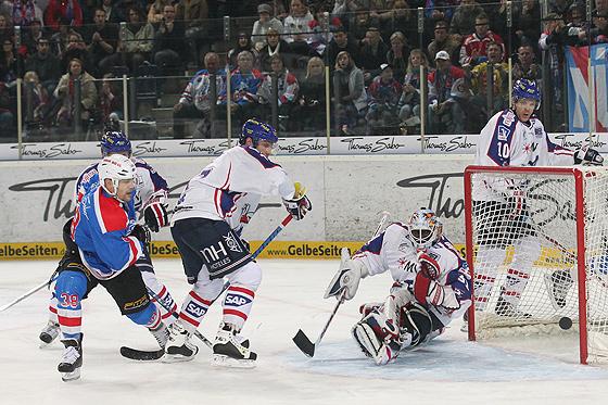 Brad Leeb (Nürnberg) scheitert hier noch an Goalie Fred Brathwaite (Mannheim) und Nikolai Goc (Mannheim). Beim Tor zum 2:0 überwindet er trotzdem noch den Mannheimer Schlussmann.