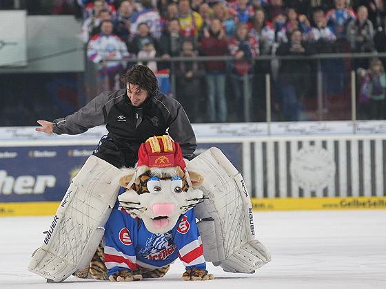 Goalie Patrick Ehelechner (Nürnberg) reitet auf Maskottchen Pucki.