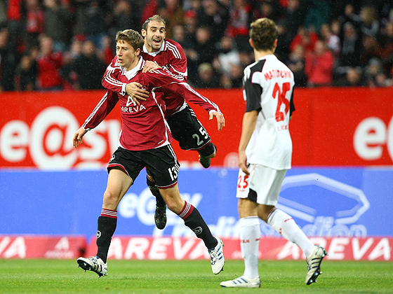 Javier Pinola (Nürnberg) springt jubelnd auf den Torschützen zum 1:0 auf. Mit einem Traumtor bringt Jens Hegeler (Nürnberg) den Club in Führung.