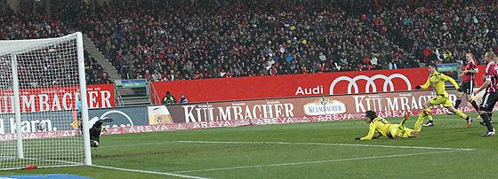 Mats Hummels (Dortmund) trifft zum 0:1 gegen Raphael Schäfer (Nürnberg) per Flugkopfball.