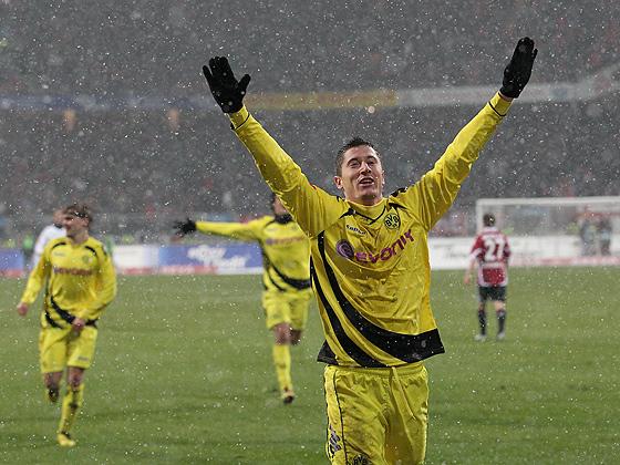 Robert Lewandowski (Dortmund) jubelt über sein Tor zum 0:2.