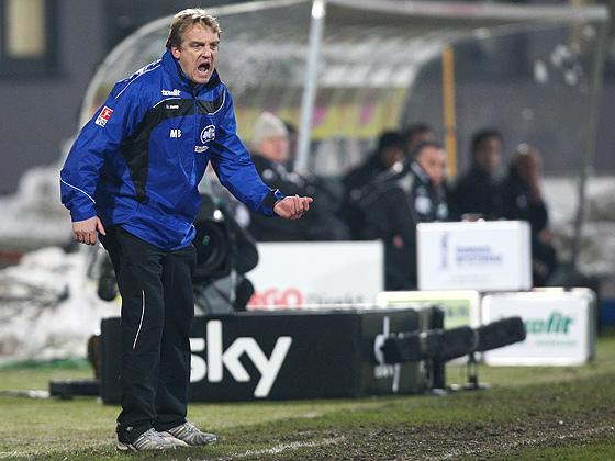 Mike Büskens (Fürth) sauer über das mäßige Spiel seiner Mannschaft.