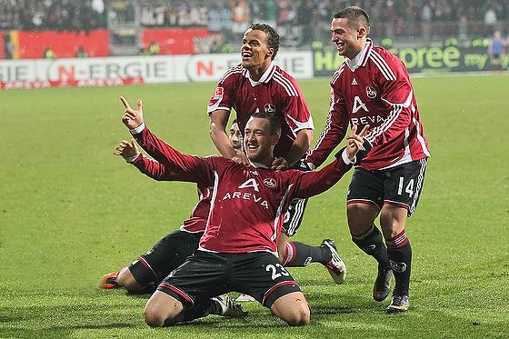 Julian Schieber (Nürnberg) und Co bejubeln das 1:0 gegen Frankfurt