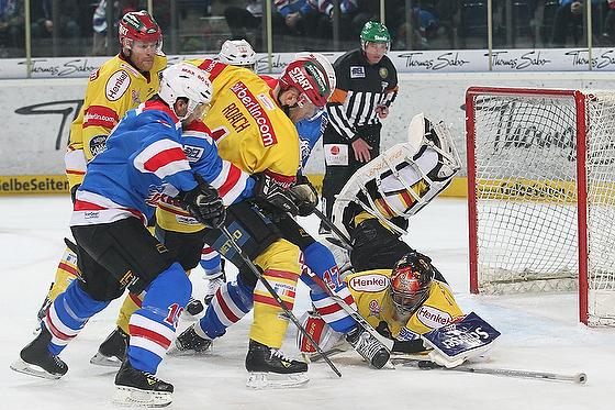 Clarke Wilm (Nürnberg) beim Torschuß auf das Tor gegen Goalie Jean-Sebastien Aubin (Düsseldorf) und Andy Roach (Düsseldorf) mitte und Greg Leeb (Nürnberg) links.