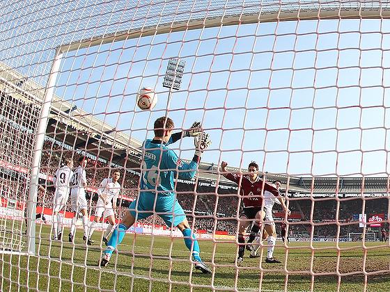 Phillipp Wollscheid (Nürnberg) trifft zum 1:0 gegen Thomas Kessler (St. Pauli) ins Tor aus der Hintertorperspektive.