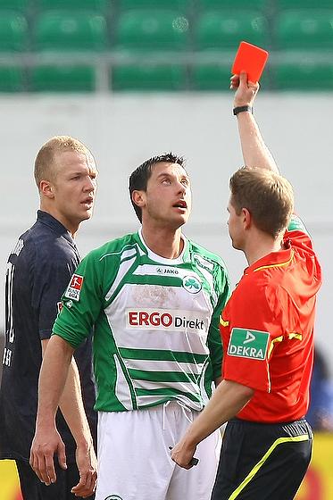 Miroslav Slepicka (Fürth) blickt ungläubig zur Roten Karte.
