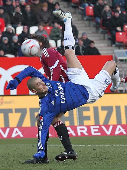 Mladen Petric (Hamburg) mit einem artistischen Fallrückzieher im Spiel gegen den 1. FC Nürnberg.
